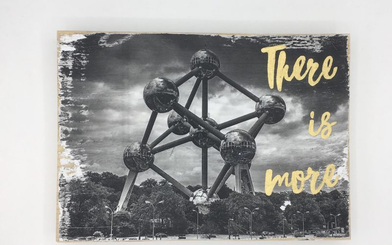 Foto Sign 'There is More – Brussels'